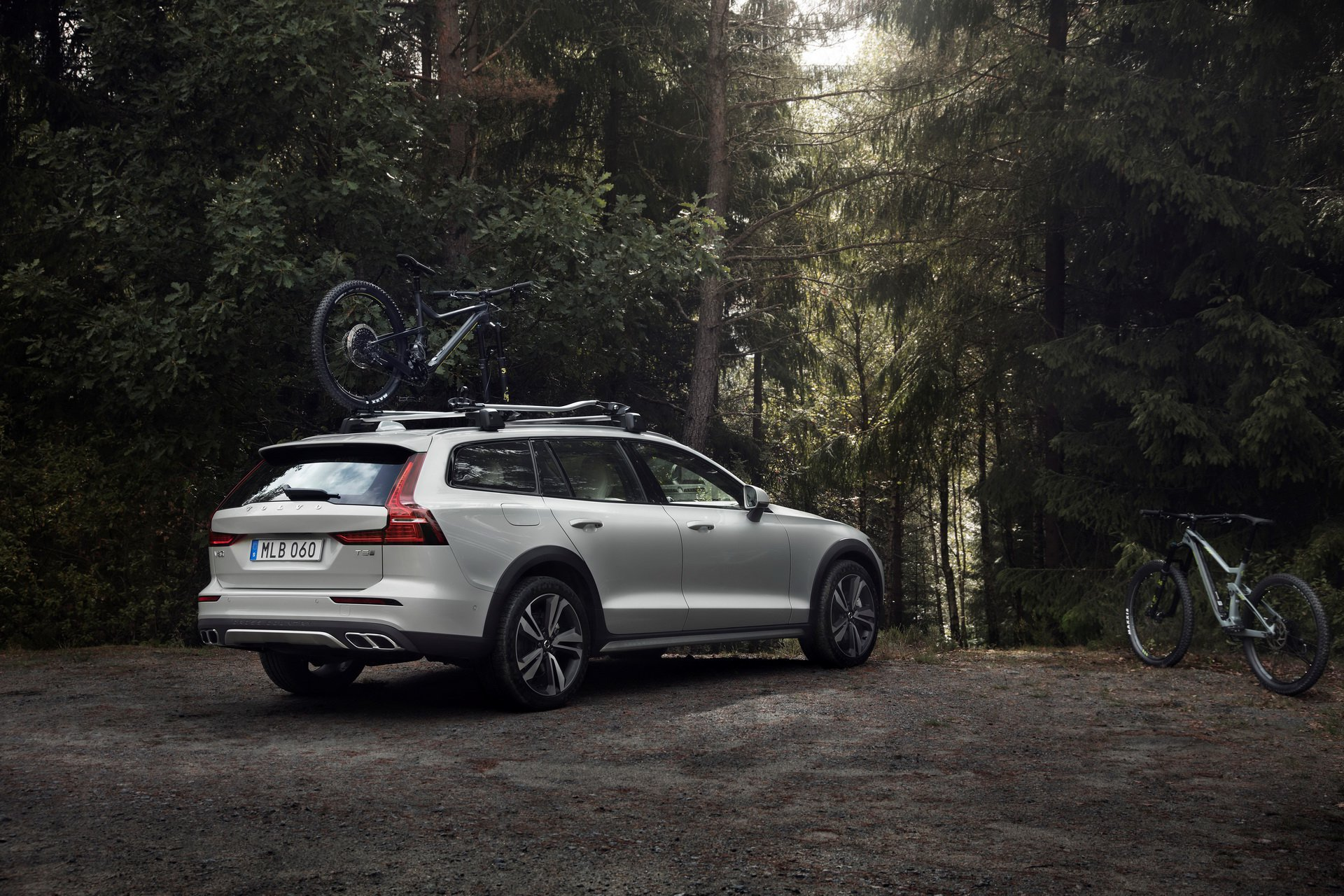 75017a83-volvo-v60-cross-country-all-new-unveiled-7.jpg