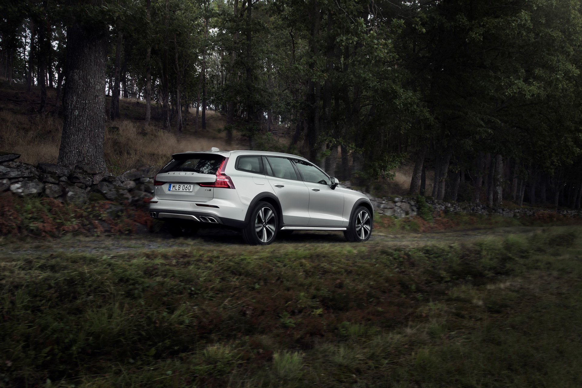 052593a8-volvo-v60-cross-country-all-new-unveiled-8.jpg